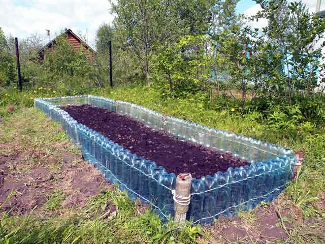 Пластиковые бутылки на даче своими руками фото