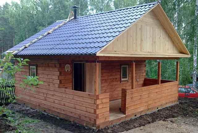 Деревянный домик под двускатной крышей
