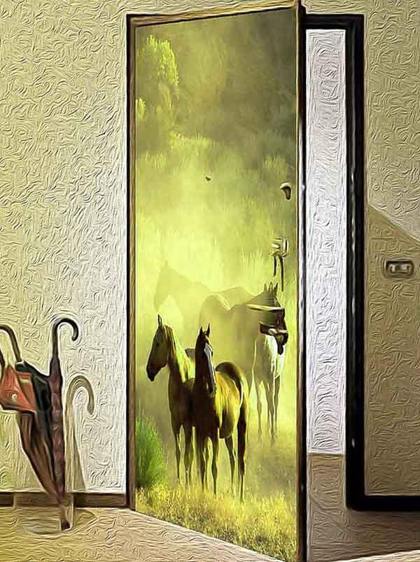 Украшенная дверь на входе