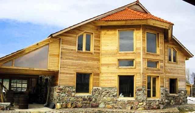 Облицованный досками двухэтажный дом
