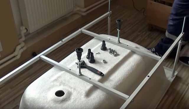 Процесс монтажа рамы на ванну