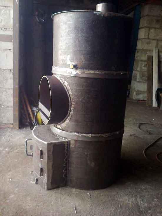 Железный обогреватель из трубы на дровах