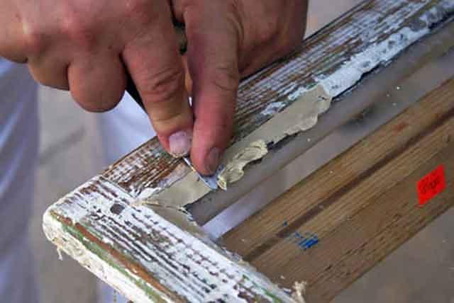 Замазывание щелей между стеклом и рамой