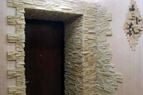 Каменная облицовка проема на входе