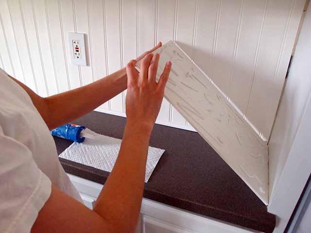 Приклеивание ПВХ плиток на кухне