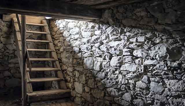 Каменные стены подвала