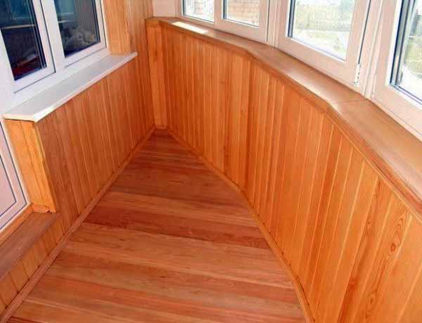 Балконное помещение с обшивкой из вагонки