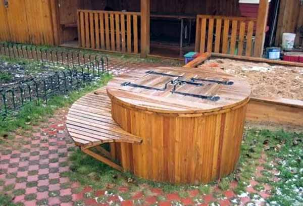 Простая деревянная обшивка бассейна