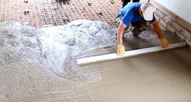Стягивание бетонной смеси правилом