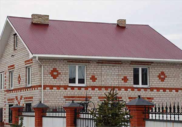 Дом под крышей из металлопрофиля