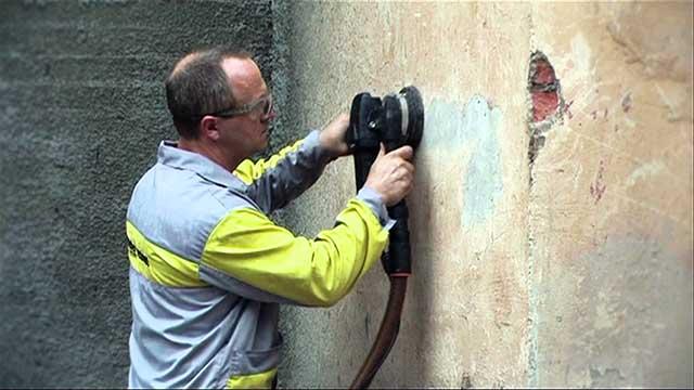 Как снять старую краску со стен