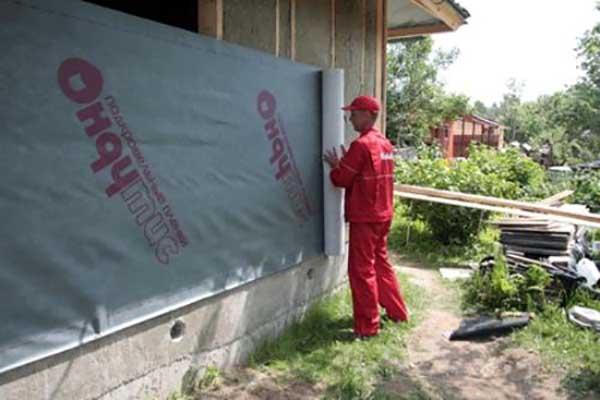 Монтаж ветрозащитной пленки на стену