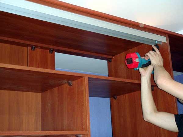 Крепление верхней рейки к шкафу