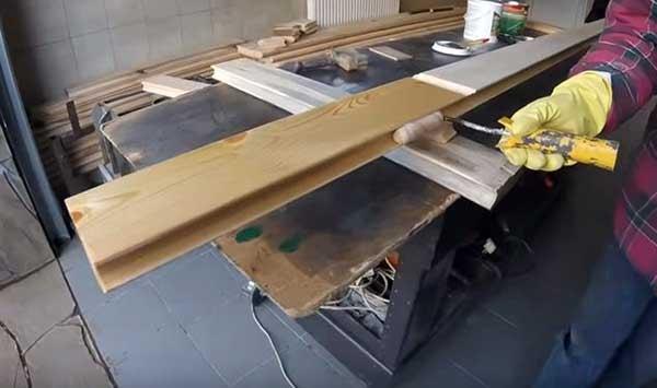 Покрытие древесины лаком с помощью валика