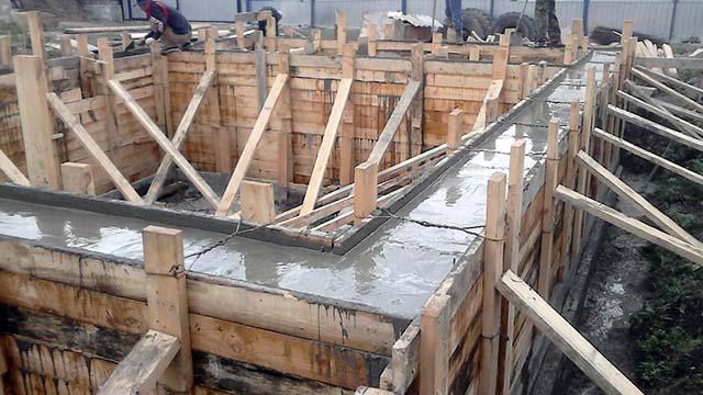 Заливка бетонной фундаментной ленты