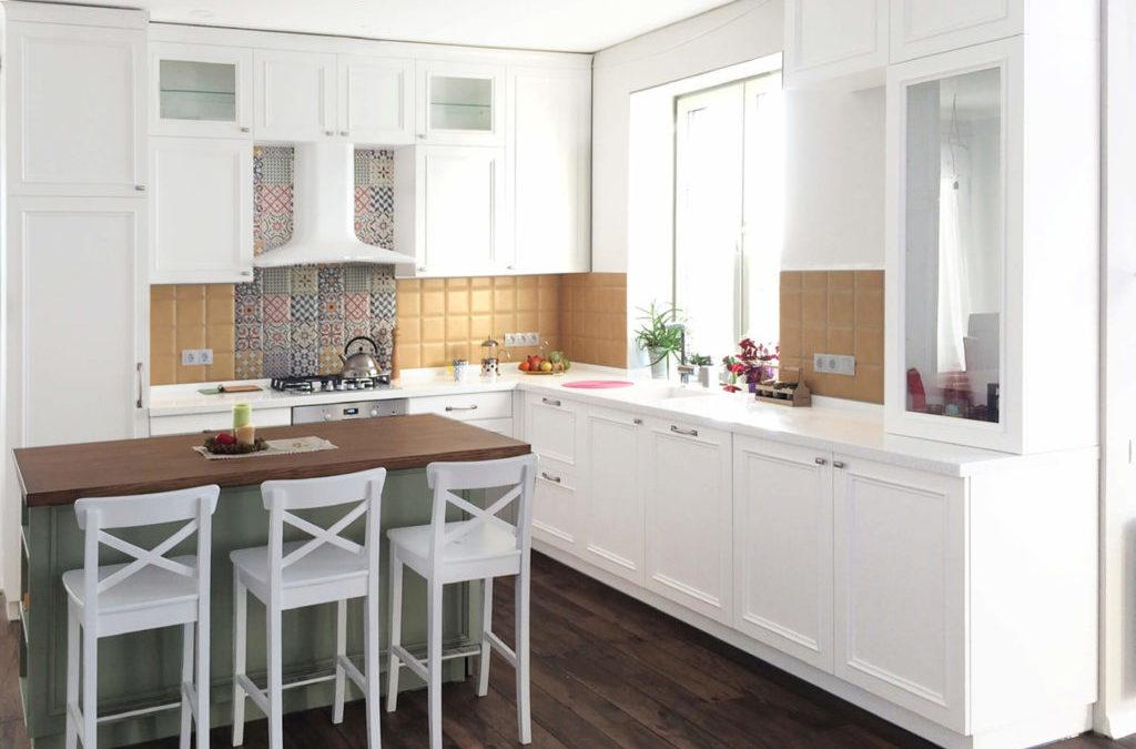 В новом десятилетии современные кухни производятся с акцентом на экологические материалы и минимум декоративной отделки.