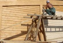 Как защитить недорогие дома из бревна от негативных воздействий?