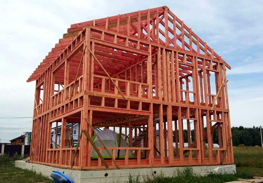 Постройка теплых красных каркасных домов